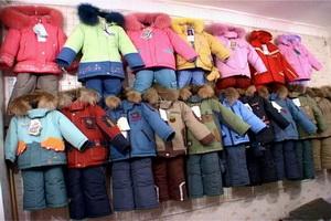 Ассортимент детской одежды в магазине