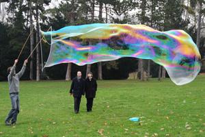 Большие мыльные пузыри на праздничных мероприятиях как источник дохода